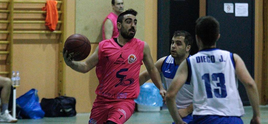 Cristian, del Cuéllar Basket, durante un partido contra el CB Íscar disputado en Cuéllar.