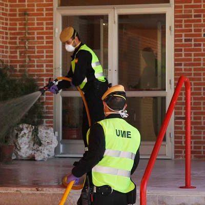 Dieciséis efectivos de la UME realizan una segunda desinfección de la residencia El Alamillo