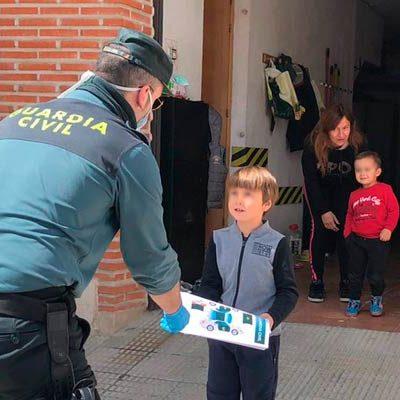 La Guardia Civil reparte dibujos para colorear entre los niños de Hontalbilla