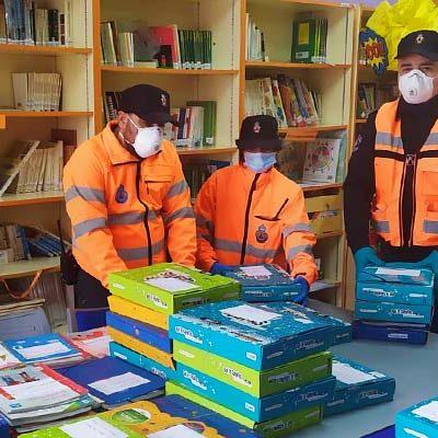 Protección Civil inicia el reparto de los libros de los escolares de los colegios San Gil y La Villa