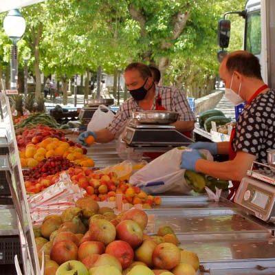 Menos público y más seguridad en la vuelta del mercado semanal a Cuéllar