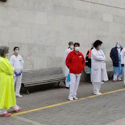Silencio ante el Centro de Salud de Cuéllar en memoria de los sanitarios fallecidos en la lucha contra la COVID-19
