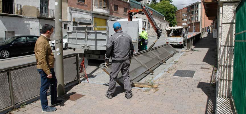 Operarios municipales inician la retirada de la valla que separa acera y aparcamiento en la calle Nueva. | Foto: Gabriel Gómez |