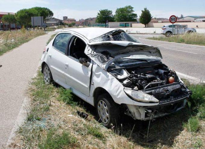 Abandonan un vehículo en la carretera de El Henar tras sufrir un accidente