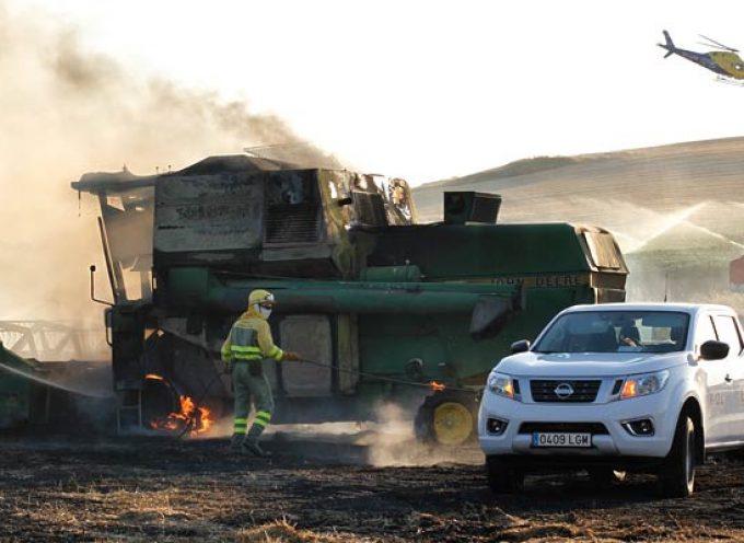 El fuego originado en una cosechadora afecta a una tierra de trigo en Cuéllar
