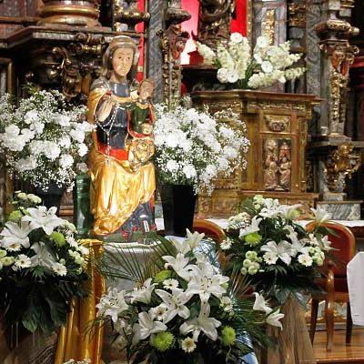 La virgen del Rosario preside ya el altar mayor de la iglesia de san Miguel