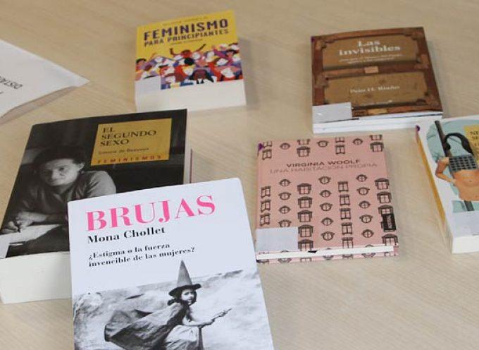 La biblioteca municipal de Cuéllar abre un Punto Violeta con libros sobre igualdad, feminismo y escritos por mujeres