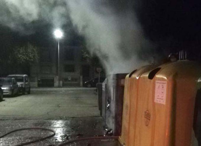 Guardia Civil y bomberos extinguen el incendio en varios contenedores en la zona de Santa Clara