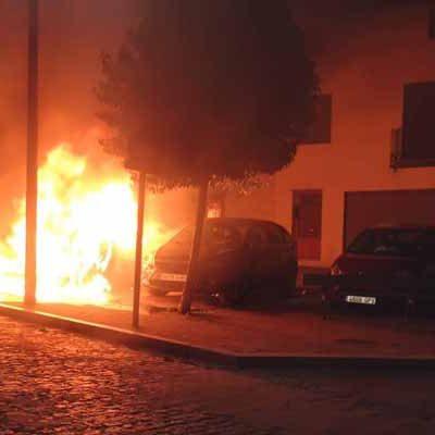 Un incendio calcina un vehículo y afecta a otro en la plaza de san Andrés