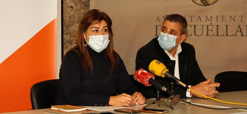 Marta Sanz y David de las Heras durante la rueda de prensa en el palacio de Pedro I en Cuéllar.   Foto: Gabriel Gómez  