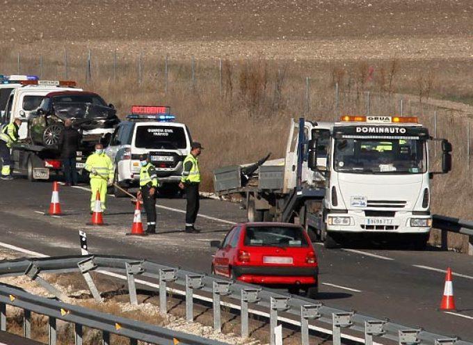 Un herido leve en el choque de dos turismos y un camión en la A-601 en Cuéllar