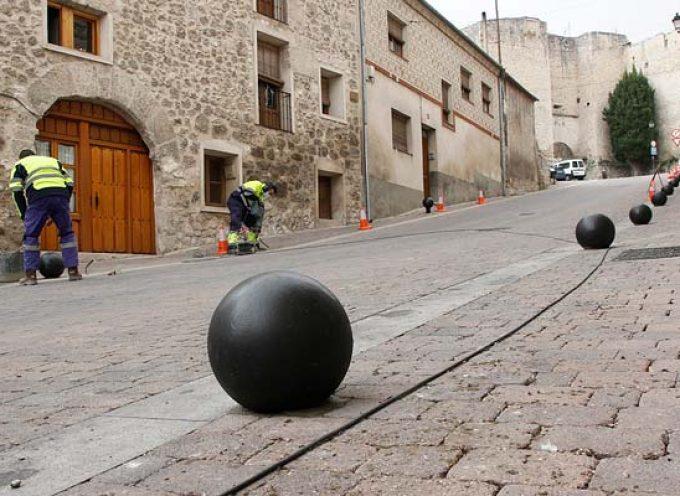 Tráfico instala bolardos para preservar las aceras para los peatones en el casco histórico de Cuéllar