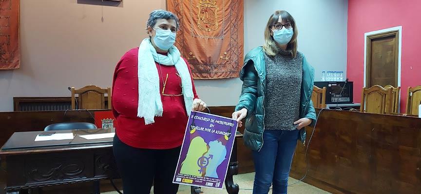 Montserrat Sanz (izquierda) y Arancha Sanz muestran el cartel anunciador del concurso de microteatro.