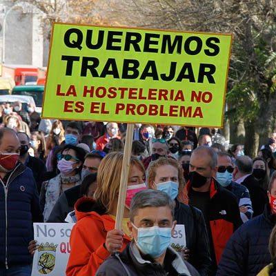 Los hosteleros reclaman en las calles de Cuéllar poder trabajar