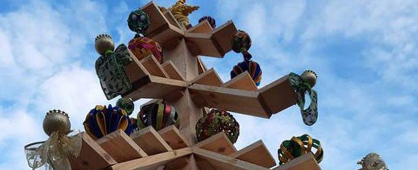Bolas y ángeles decoran el árbol de Zarzuela del Pinar que este año suspende su belén viviente
