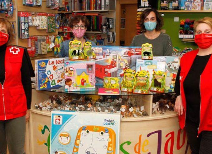 Cruz Roja Cuéllar recibe una donación de juguetes y material educativo de la juguetería El País de Jauja