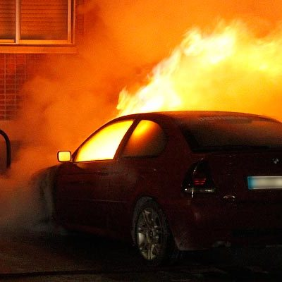 Expectación y alarma por el incendio de un vehículo en la calle Parque