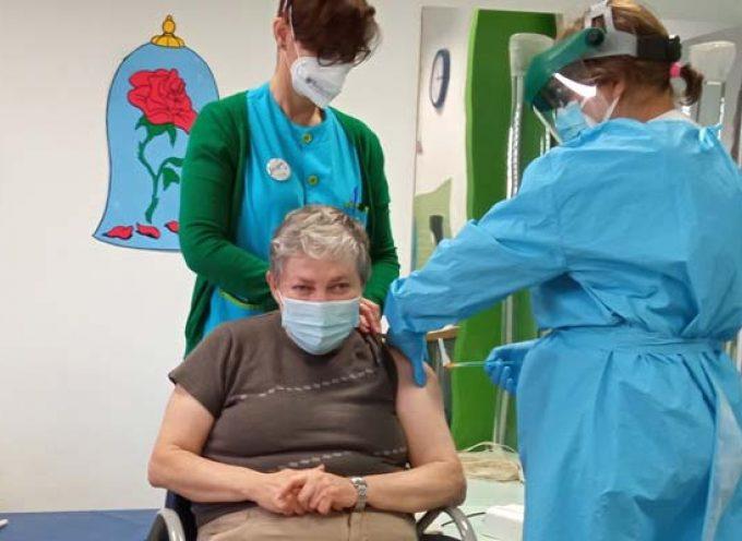 Cuarenta usuarios y trabajadores de Fundación Personas Cuéllar han recibido la vacuna de la COVID-19