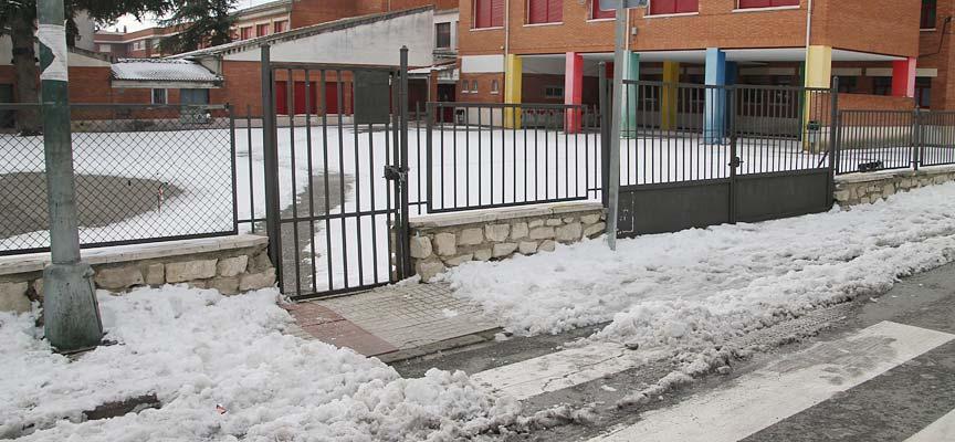 Entrada al colegio Santa Clara, en Cuéllar, esta mañana.   Foto: Nuria Pascual  