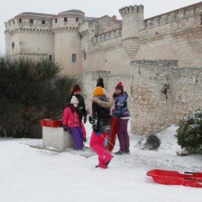 El Ayuntamiento de Cuéllar trabaja en la limpieza de calles mientras muchos vecinos disfrutan ya de la nieve