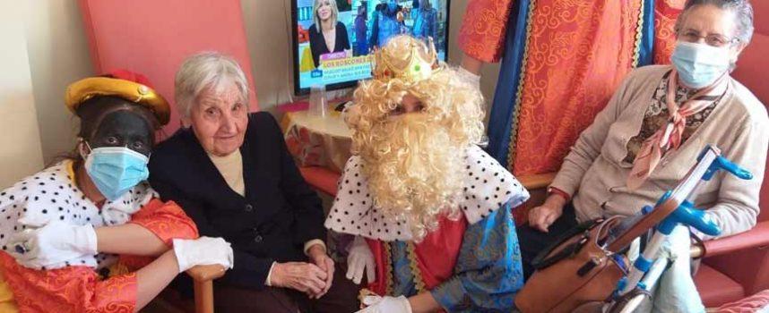 Los Reyes Magos inician su visita a la villa saludando a los mayores