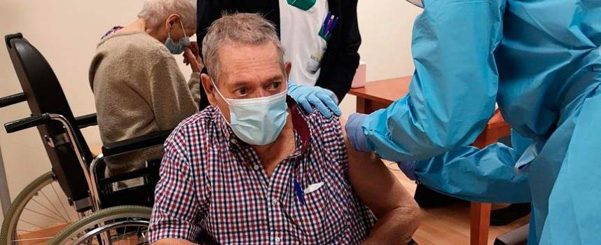 Usuarios y trabajadores del Centro de Mayores Valdihuertos reciben la segunda dosis de la vacuna de la COVID-19