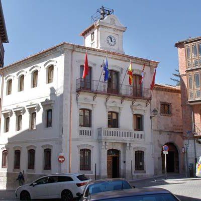 El edificio del Ayuntamiento de Cuéllar luce nueva imagen tras la restauración de su cubierta y fachadas