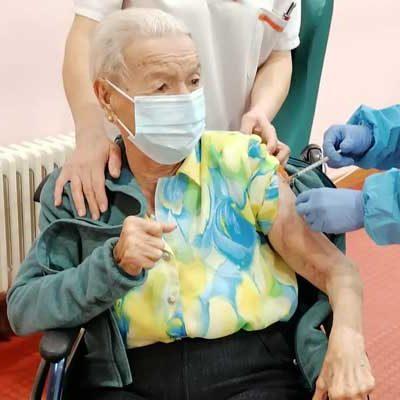 Usuarios y trabajadores del Centro de Día reciben la segunda dosis de la vacuna COVID-19