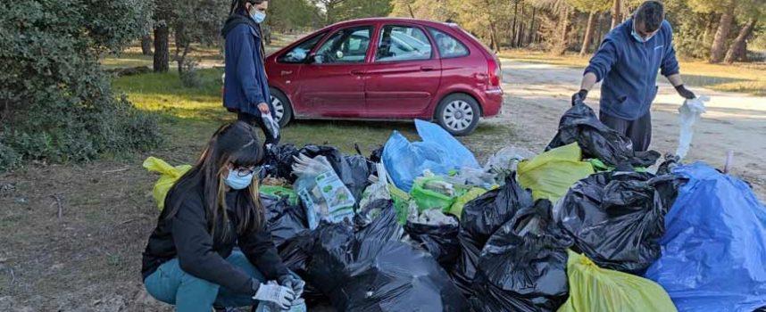 Hornos, sofás, televisiones y colchones entre los residuos retirados de los pinares de Cuéllar