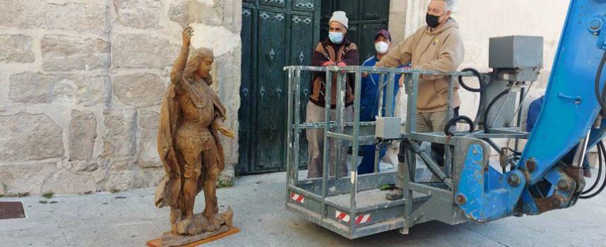 La talla de San Miguel regresa a la fachada de la iglesia parroquial de Cuéllar