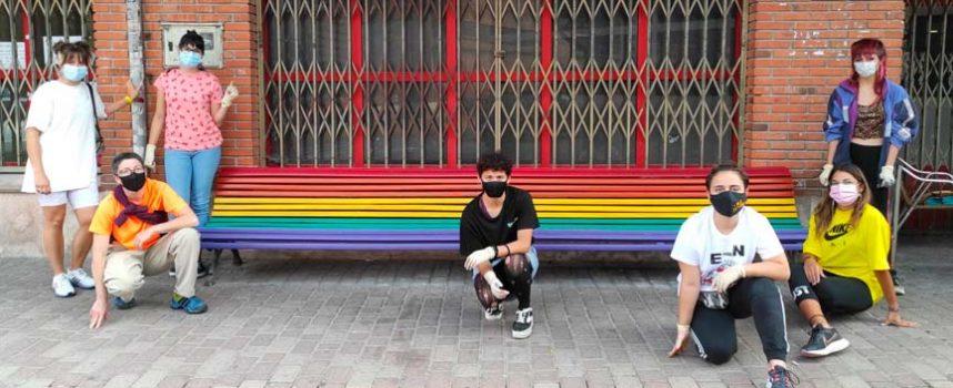 Bancos de colores en el día del Orgullo LGBTI