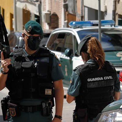 La Guardia Civil registra una vivienda en la calle Cogeces en Cuéllar