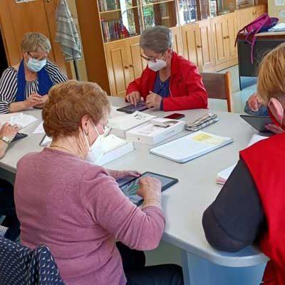 Cruz Roja imparte un taller sobre el manejo de tablets a los mayores de Sanchonuño