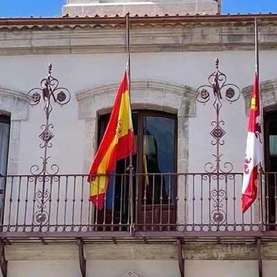 Las banderas del Ayuntamiento lucen ya a media asta en señal de duelo