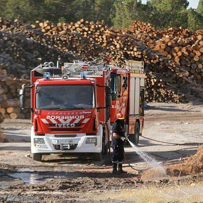 Los bomberos de Íscar y Cuéllar sofocan un incendio en las instalaciones de Aserraderos de Cuéllar