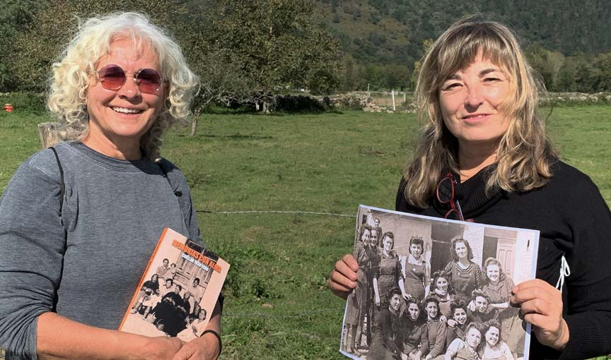 Conchi González (izq) y Mª José Velasco junto al libro _ esCuellar